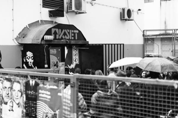 Unatoc kisi, brojna publika pred vratima KSET-a u iscekivanju pocetka prvog prezentacijskog eventa FPG-a, fotografirao Ivan Cuic
